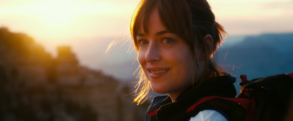 still of dakota johnson as alice in how to be single final scene
