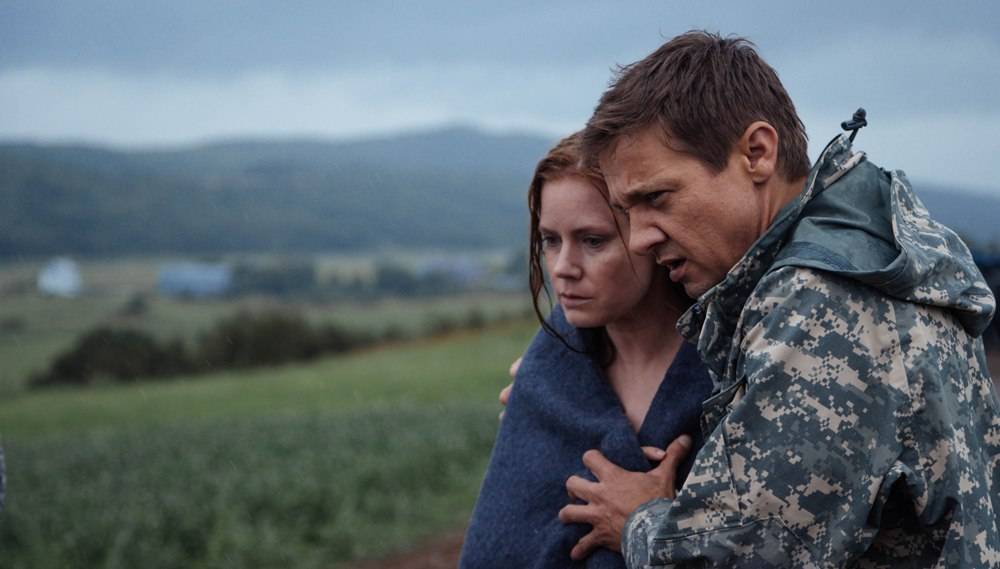 still of Amy Adams as Louise Banks and Jeremy Renner as Ian Donnelly in Arrival movie