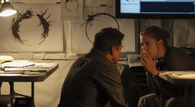 still of Louis and Ian in Arrival
