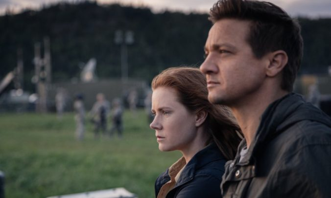 still of Jeremy Renner and Amy Adams as Ian and Louise in Arrival movie